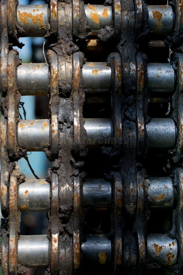 Rostigt stycke av motorkedjan från en gammal maskin royaltyfri foto