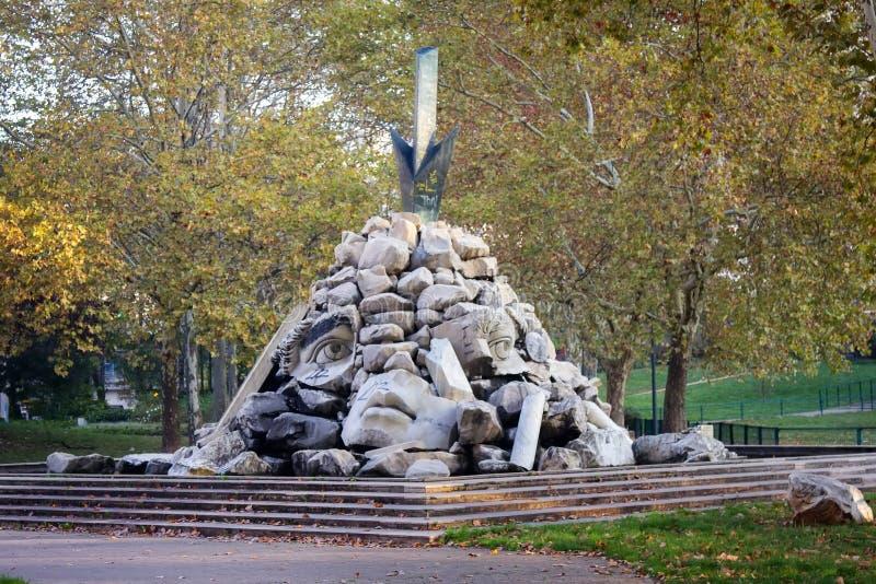 rosto arruinado, monumento de cabeça quebrada imagens de stock royalty free