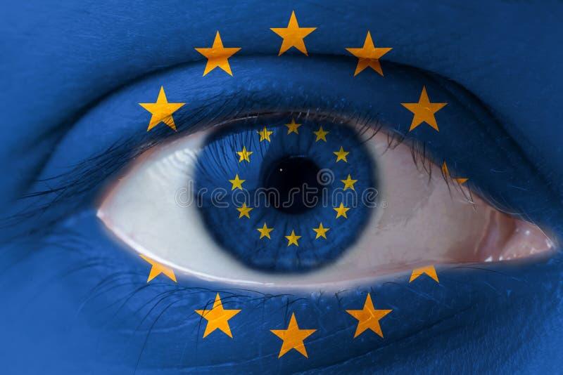 Rosto humano pintado com a bandeira da União Europeia foto de stock royalty free