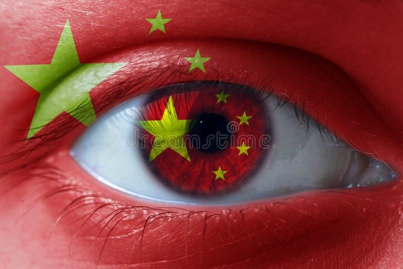 Rosto humano pintado com a bandeira de China na cara e na íris fotos de stock royalty free