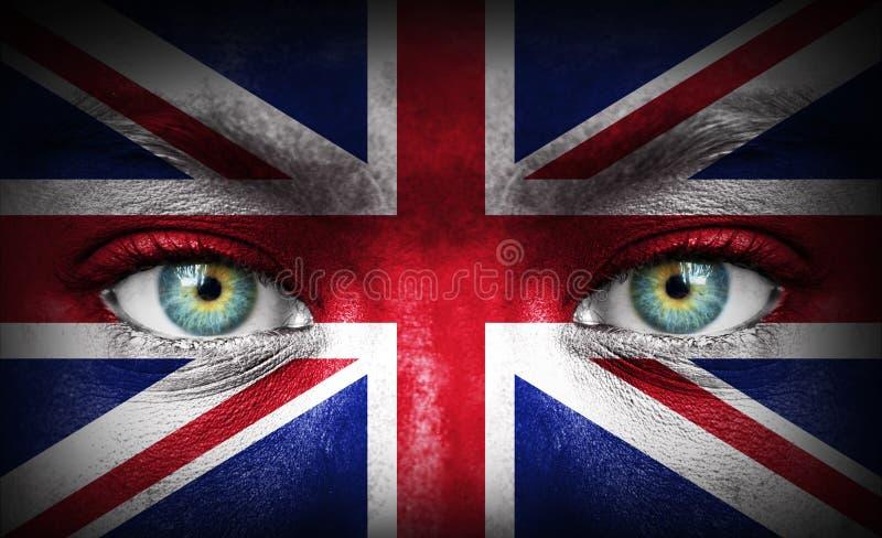 Rosto humano pintado com a bandeira de Reino Unido imagem de stock