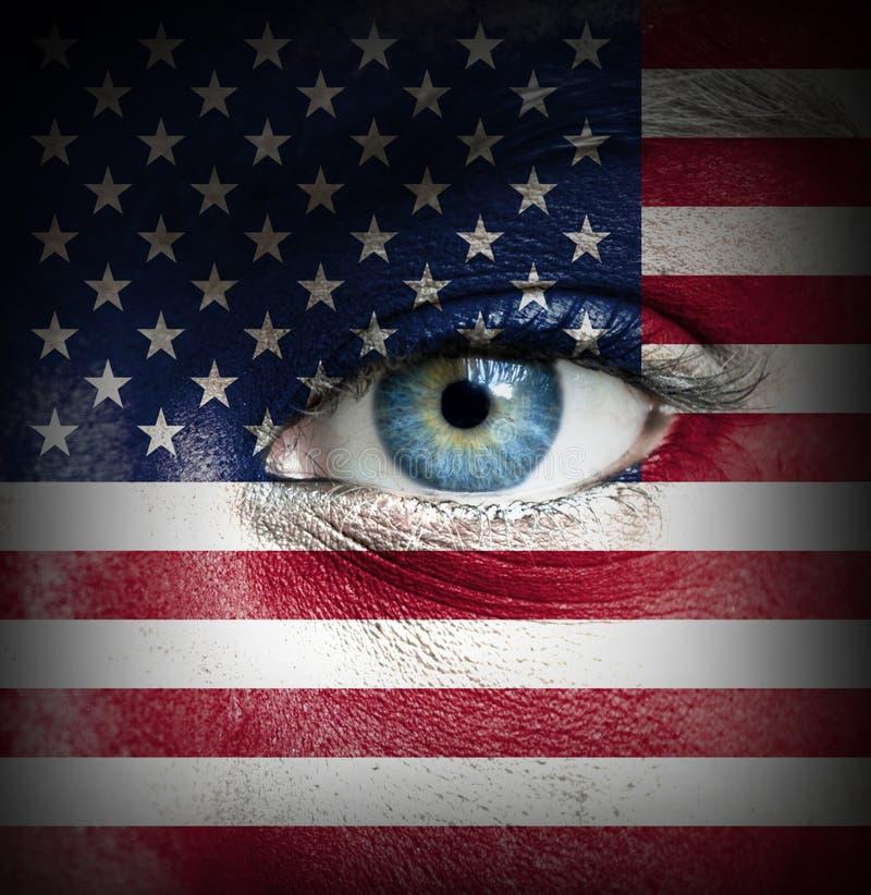 Rosto humano pintado com a bandeira do Estados Unidos da América imagens de stock royalty free