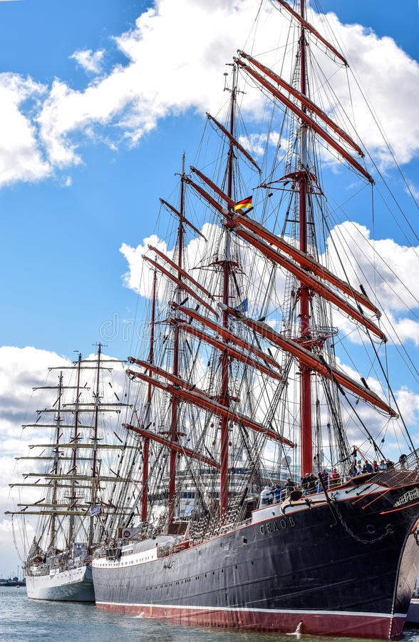 ROSTOCK, ALEMANHA - EM AGOSTO DE 2016: navio de navigação Sedov do Quatro-mestre fotografia de stock