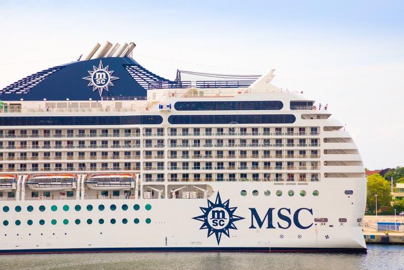 Rostock, Alemanha - 17 06 2018: O navio de cruzeiros no porto de Rostock, Alemanha imagens de stock