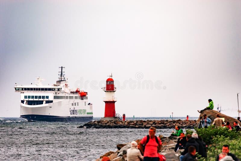 Rostock, Allemagne - août 2016 : Ferry hybride de Scandlines dans le port de Warnemuende photo stock