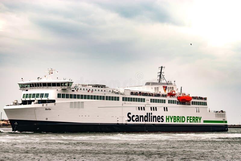 Rostock, Deutschland - August 2016: Hybride Fähre Scandlines im Hafen von Warnemuende stockfotografie