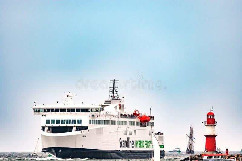 Rostock, Deutschland - August 2016: Hybride Fähre Scandlines im Hafen von Warnemuende lizenzfreies stockbild