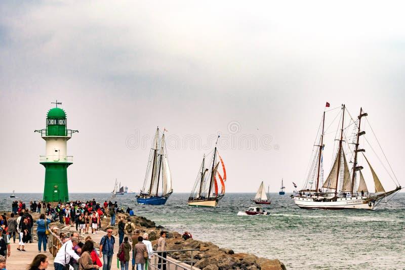 Rostock, Deutschland - August 2016: Segelschiffe auf Hanse-Segel Warnemuende stockfotografie