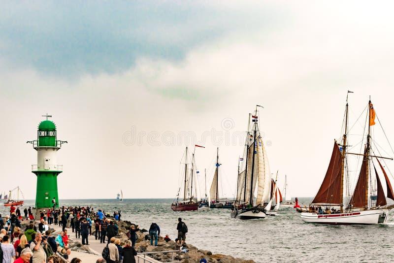 Rostock, Deutschland - August 2016: Segelschiffe auf Hanse-Segel Warnemuende stockfoto