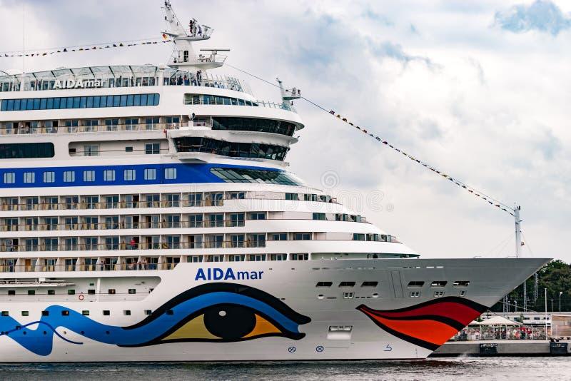 Rostock, Duitsland - Augustus 2016: : cruiseschip van aida in Warnemuende stock fotografie