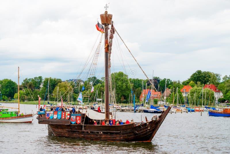 ROSTOCK, DUITSLAND - AUGUSTUS 2016: Het middeleeuwse hanse-Zeil van schipwissemara stock fotografie