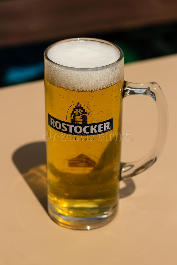 ROSTOCK, DUITSLAND - CIRCA 2016: Rostock heeft het eigen microbrewery van ` s die een groot proevend lagerbier brouwt stock foto's