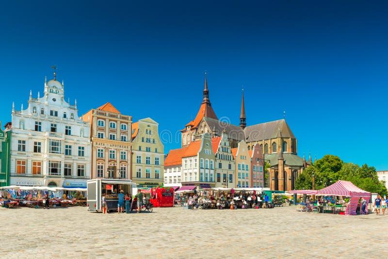 Rostock, Duitsland: Mening van het centrale vierkant in de stad van Rostock stock afbeelding