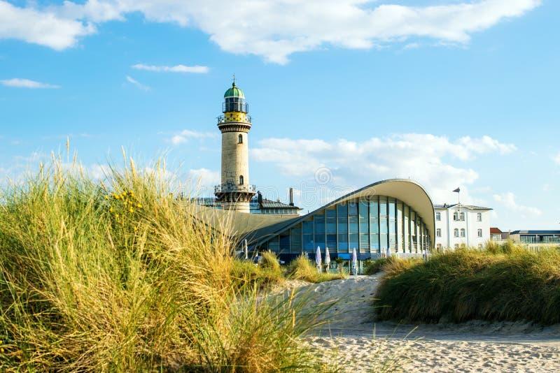 Rostock Tyskland - Augusti 22, 2016: Fyr av Warnemuende royaltyfria bilder