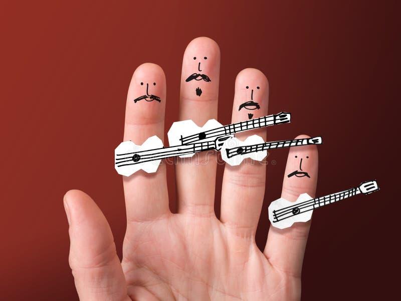 Rostos pintados nos dedos Músicos bigodeiros seguram guitarras de papel fotos de stock royalty free