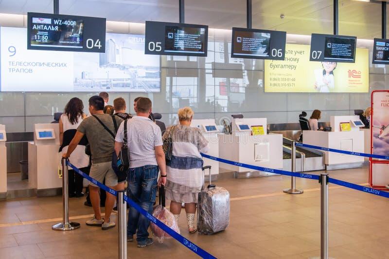 8Rostov--φορέστε, Ρωσία - 11 Σεπτεμβρίου 2018: Επιβάτες που περιμένουν την εγγραφή στο διεθνή αερολιμένα Platov στοκ φωτογραφίες με δικαίωμα ελεύθερης χρήσης