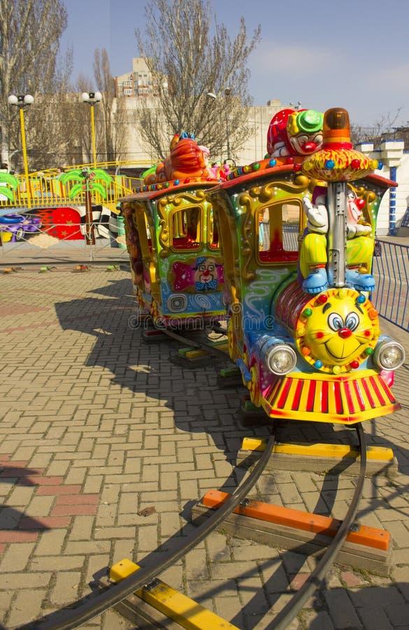 Rostov-On-Don, Fédération de Russie, le 30 mars 2019 Parc d'attractions Locomotive lumineuse avec un visage sur la locomotive images libres de droits