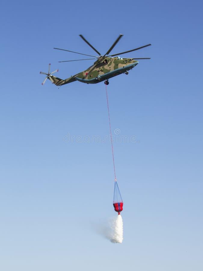 ROSTOV-ON-DON, RÚSSIA - 1º DE JULHO: Helicopt pesado do transporte de Mi-26T imagens de stock