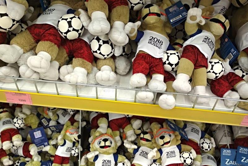 Rostov-On-Don, Rússia - 9 de junho de 2018: Brinquedos macios sob a forma da mascote oficial de FIFA 2018 campeonatos do mundo em imagem de stock