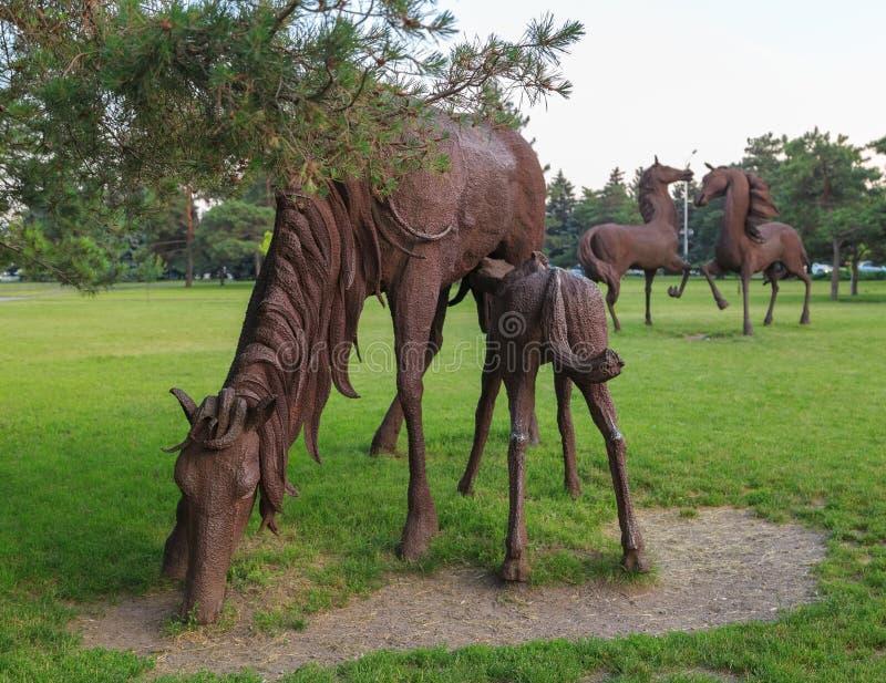 ROSTOV-ON-DON, RÚSSIA - 18 DE JUNHO DE 2016: Escultura dos cavalos de ferro no parque da cidade Rostov perto do aeroporto imagens de stock