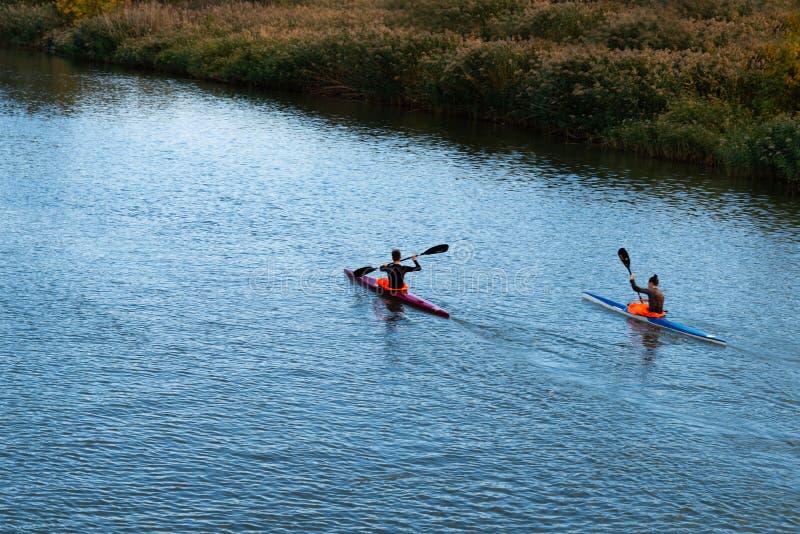 Rostov On Don, Rusia, el 6 de octubre de 2018 los kayakers están compitiendo con en el río en un maratón de la canoa, un movim imágenes de archivo libres de regalías