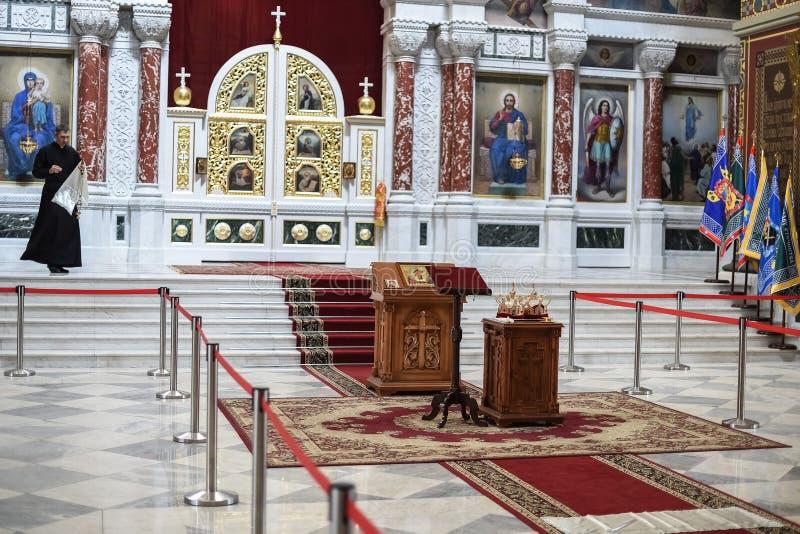 ROSTOV-ON-DON, RUSSIA - CIRCA NOVEMBRE 2017: Il sacerdote sta andando wed fotografia stock