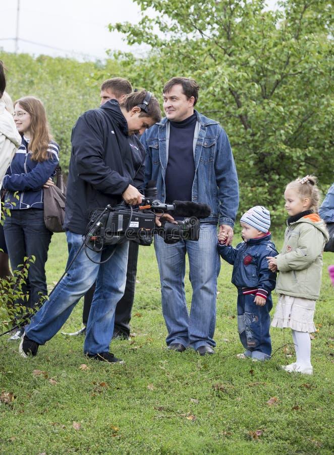 ROSTOV-ON-DON RUSSIA-SEPTEMBER 21 - den videopd operatören tar bort royaltyfri fotografi