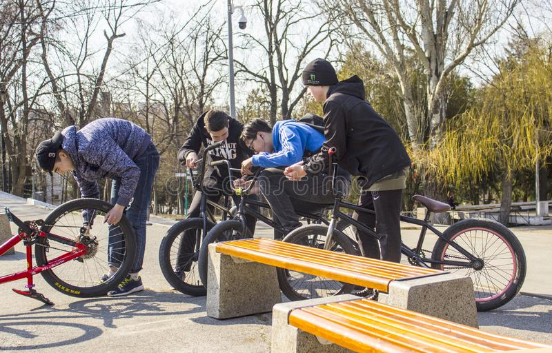 Rostov-On-Don rysk federation, mars 25, 2019 Ett f?retag av unga ton?rs- pojkar som sitter p? deras deras cyklar och v?nta p? arkivfoto