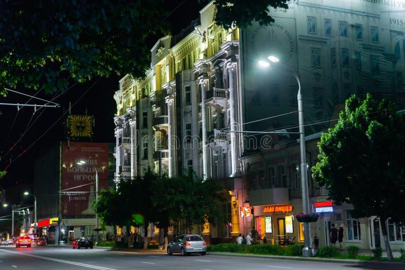 Rostov-On-Don Ryssland - 21 06 2018: Byggnaden av det sydliga federala universitetet med nattljus arkivbilder