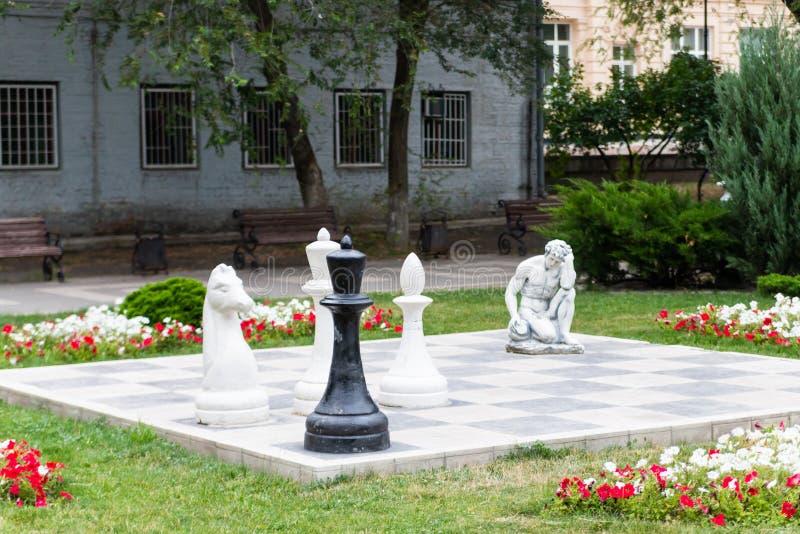Rostov-On-Don Ryssland - Juni 25, 2018: Det jätte- schackbrädet i Gorky parkerar arkivfoton