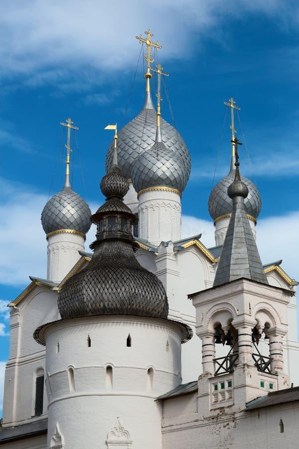 Rostov el Kremlin y x28; Anillo de oro de Russia& x29; Los terraplenes y las torres fotos de archivo