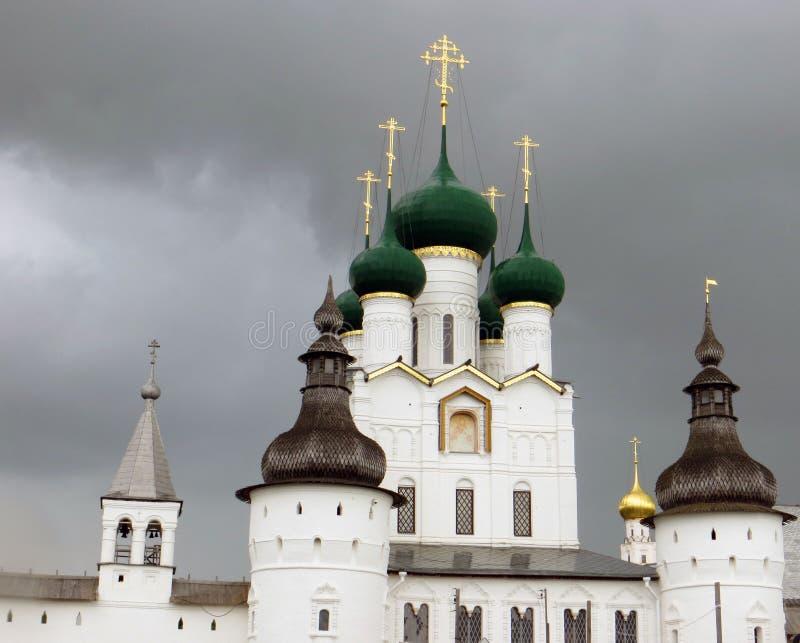 Rostov Kremlin Église blanche contre le ciel orageux foncé photographie stock