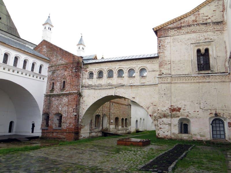 Rostov Kremlin Vue détaillée de cour et de galerie internes photographie stock