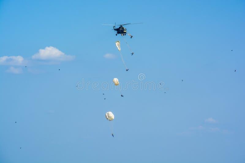 ROSTOV-NA-DONU, RÚSSIA - CERCA DO SETEMBRO DE 2017: Os paramilitares do russo no céu no ar militar desfilam imagem de stock royalty free