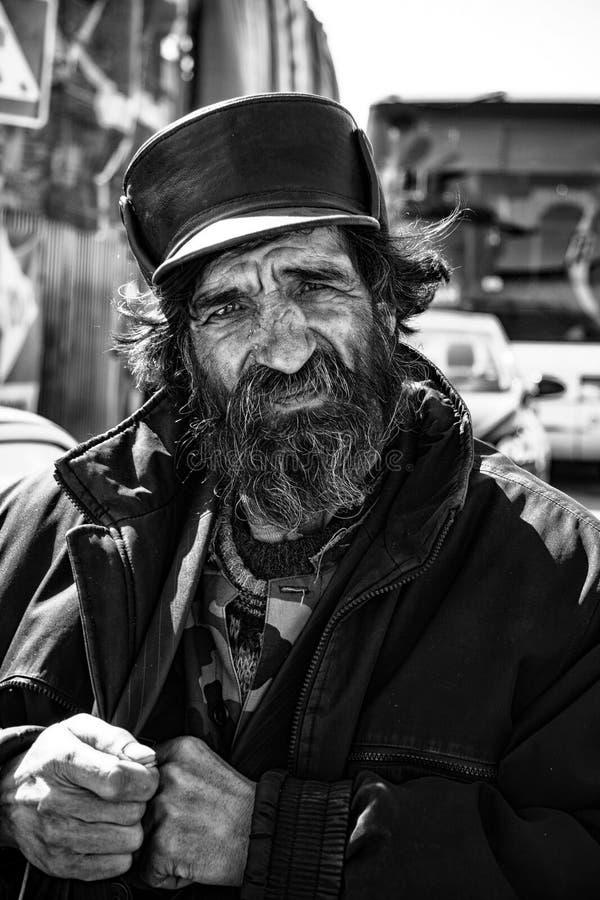 Rostov, Rússia - cerca de 2014: Ancião triste desabrigado foto de stock royalty free