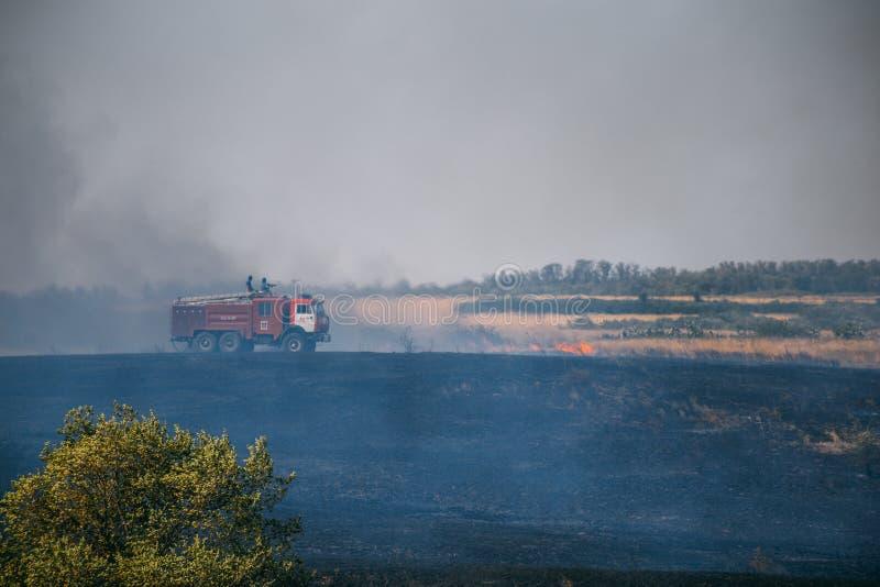 Rostov region, Rosja 20 2017 SIERPIEŃ: Samochód strażacy gasi pożary na polach w Rostov regionie fotografia royalty free