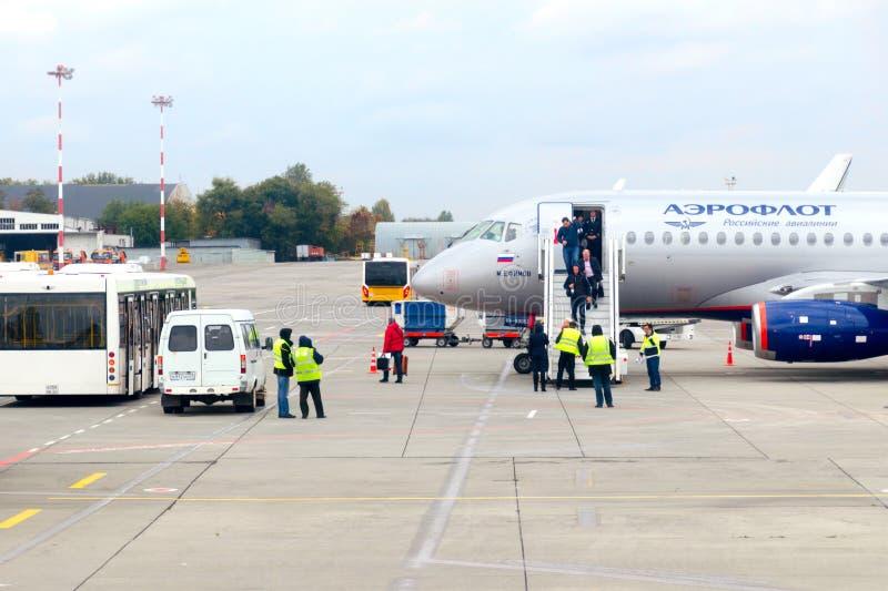 Rostov, Rusland, 10-15-2017: De passagiers dalen een ladder het vliegtuig van het Bedrijf van Aeroflot royalty-vrije stock afbeeldingen