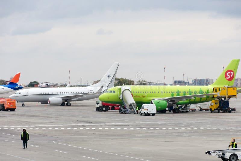 Rostov, Rusland, 10-15-2017: De vliegtuigen worden onderhouden bij het parkeerterrein bij luchthaven stock foto