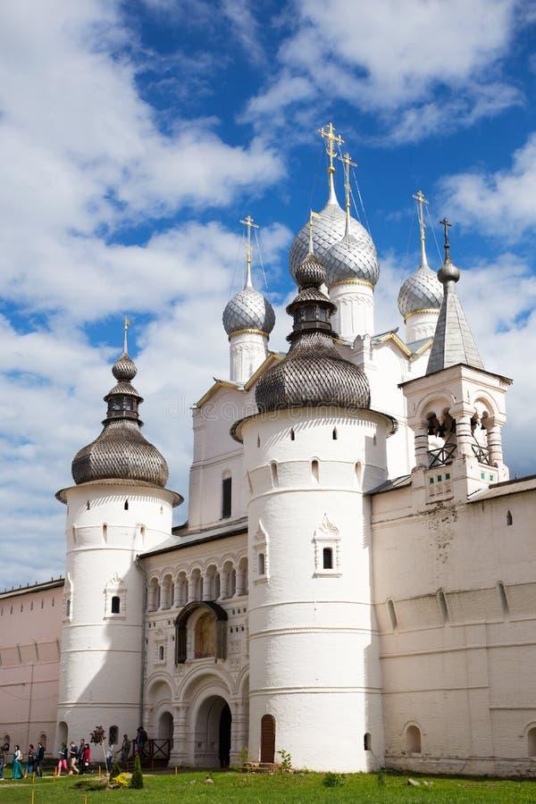Rostov Veliky, Ryssland - Juni 21, 2015: Helgedomportar och Resurren fotografering för bildbyråer