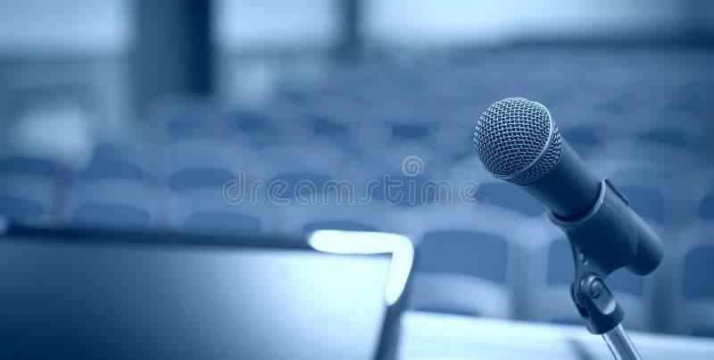 Rostra met microfoon en computer in conferentieruimte royalty-vrije stock fotografie