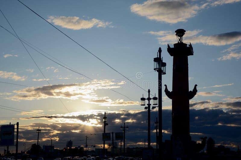 Rostral kolonn i solnedgången, St Petersburg arkivbilder