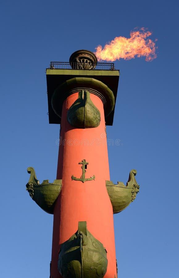Rostral kolonn med en brännhet fackla royaltyfri foto