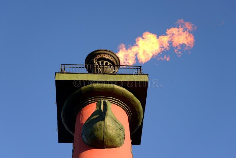 Rostral kolonn med en brännhet fackla royaltyfria foton