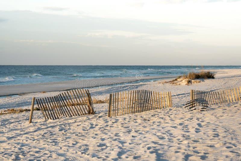 Rosy Dawn en la playa de la Florida con las cercas de la arena foto de archivo libre de regalías