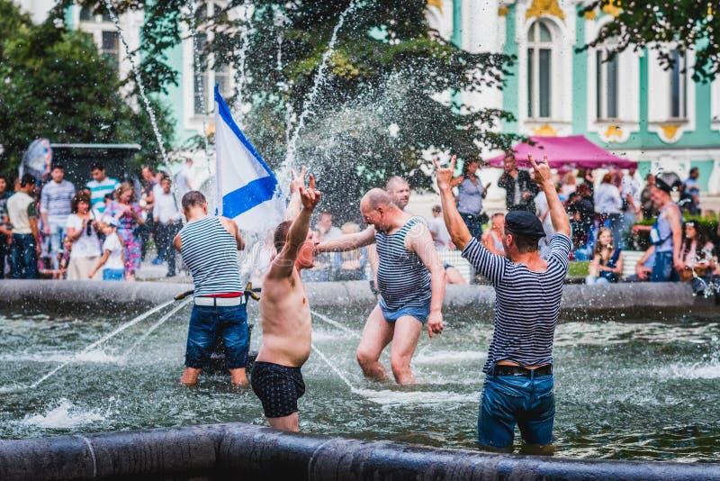 Rosyjscy żeglarzi świętują marynarka wojenna dzień Rosja obraz stock