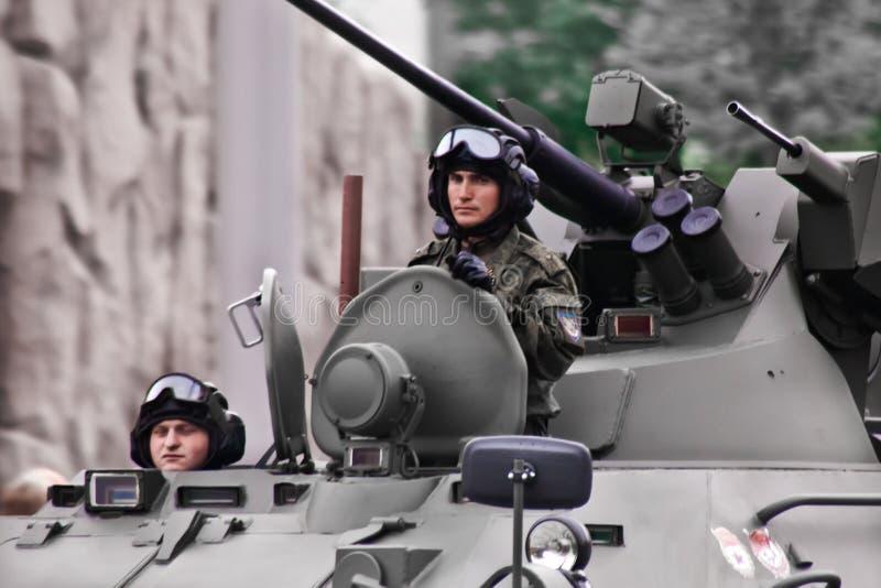 Rosyjscy żołnierze i oficer na walka pojazdzie zdjęcie royalty free