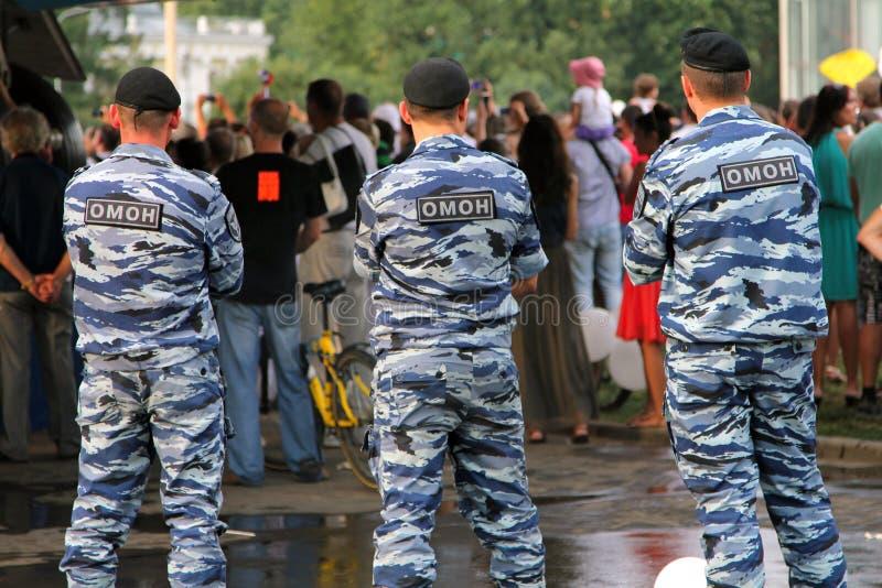 Rosyjscy żołnierze monitoruje zgodność z rozkazem przy zatłoczonym wydarzeniem Specjalnego Purpose Mobilna jednostka OMON lub Cza zdjęcia stock
