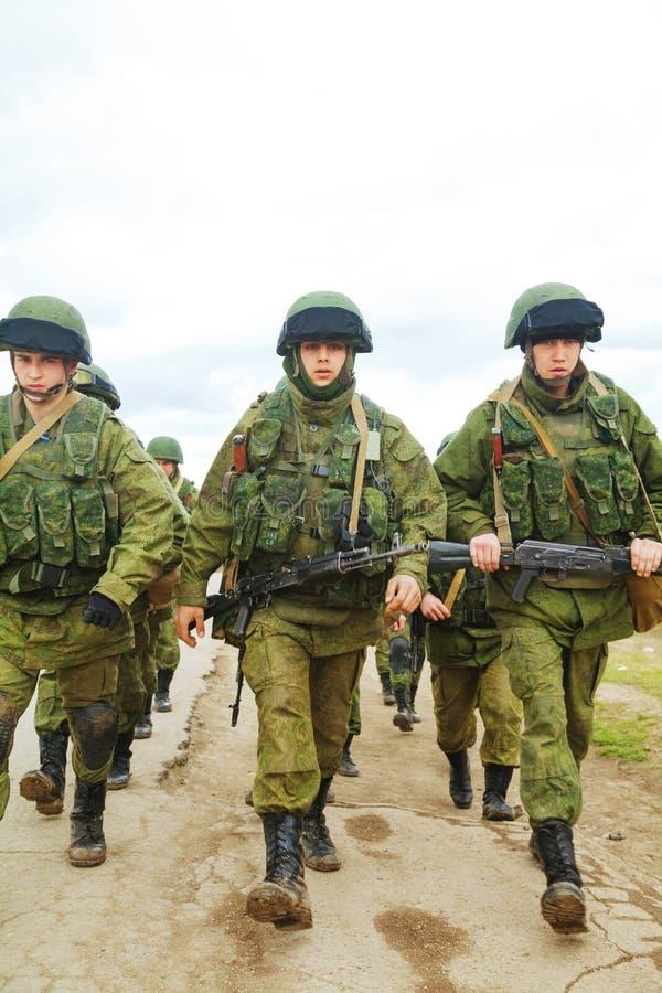 Rosyjscy żołnierze na marszu w Perevalne, Crimea obraz stock
