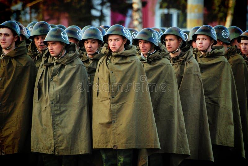 Rosyjscy żołnierze są w hełmach i deszczowów namiotach obrazy stock
