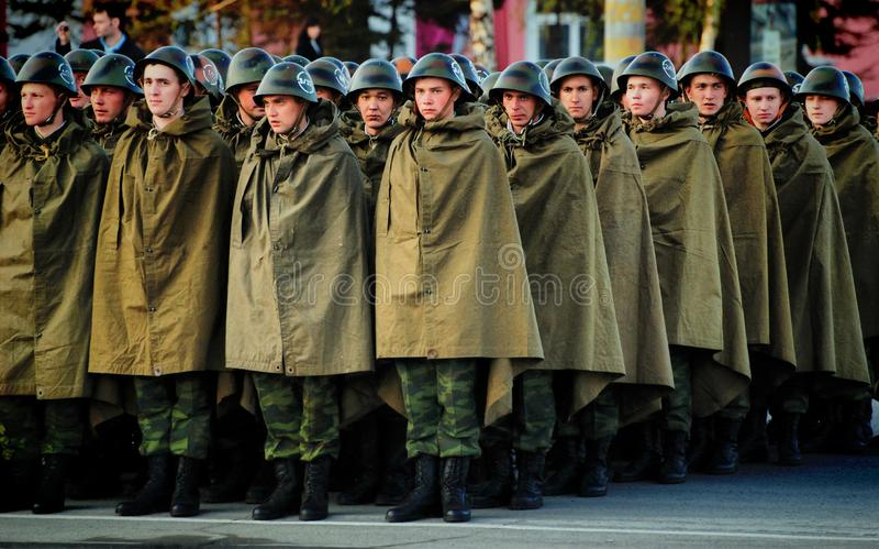 Rosyjscy żołnierze są w hełmach i deszczowów namiotach obrazy royalty free